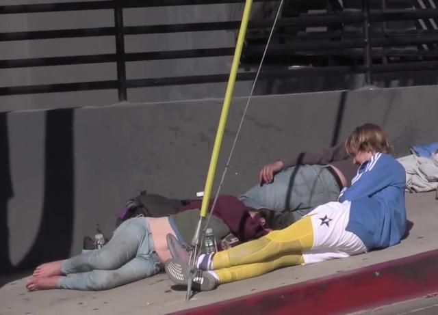 画像2: ホームレスと地面に寝そべって会話も