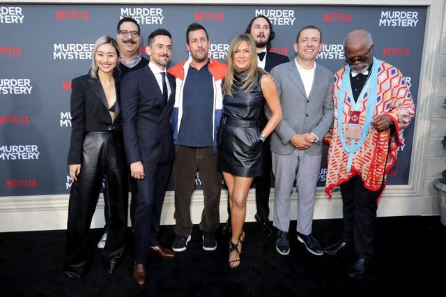 画像: 6月10日にロサンゼルスで行なわれたプレミアに出席したキャストたち。写真左端が忽那汐里、中央左がアダム・サンドラー、その右隣がジェニファー・アニストン。