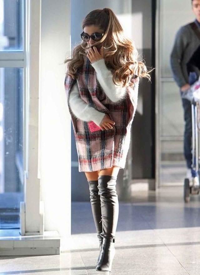 画像: アリアナ・グランデはチェックのケープコートを着用