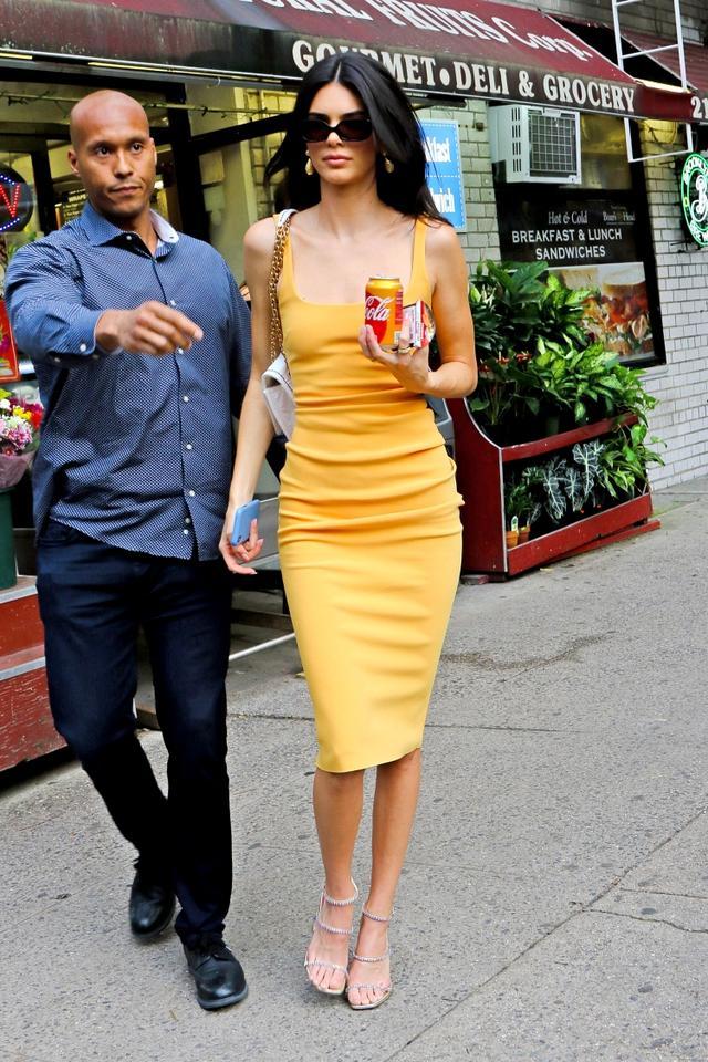 画像2: ドレスにマッチした「飲み物」を購入