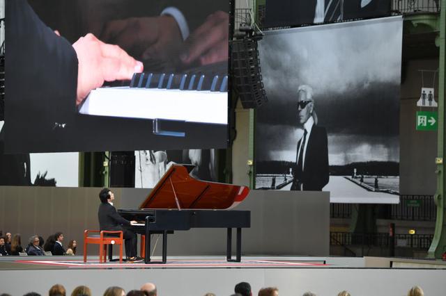 画像4: 「葬式嫌い」の故カール・ラガーフェルドに捧げた追悼イベントが至極美しい