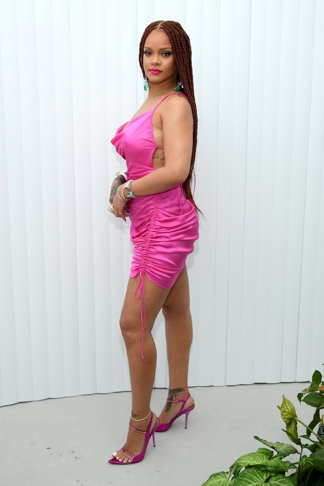 画像: ニューヨークのポップアップショップの開店記念パーティーにFENTYのアイテムを身に着けて登場したリアーナ。