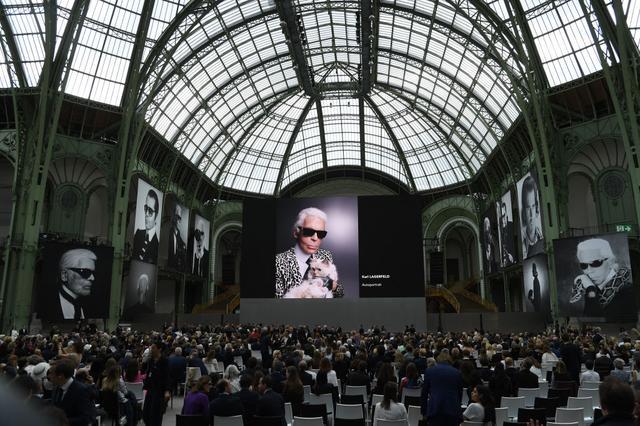 画像1: 「葬式嫌い」の故カール・ラガーフェルドに捧げた追悼イベントが至極美しい