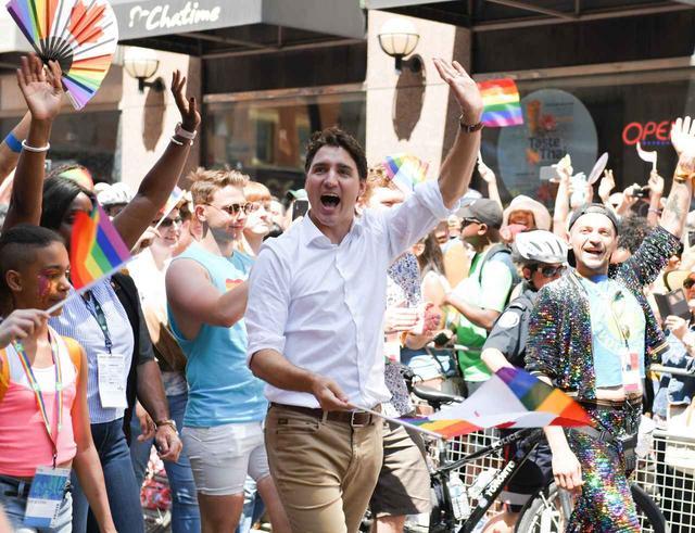 画像1: カナダのプライドパレードに登場したのは?