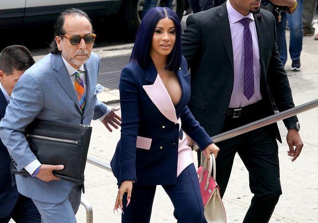 画像: 米現地時間の6月25日、裁判所に到着し、出待ちのファンに笑顔を振りまくカーディー。ちなみに、カーディーは法廷で12件の容疑について無罪を主張した。
