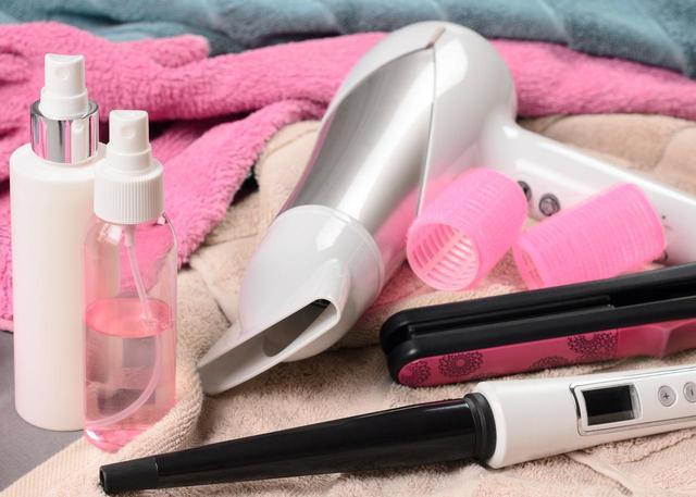 画像: 2.熱を与える前に、髪に保護剤をつける。
