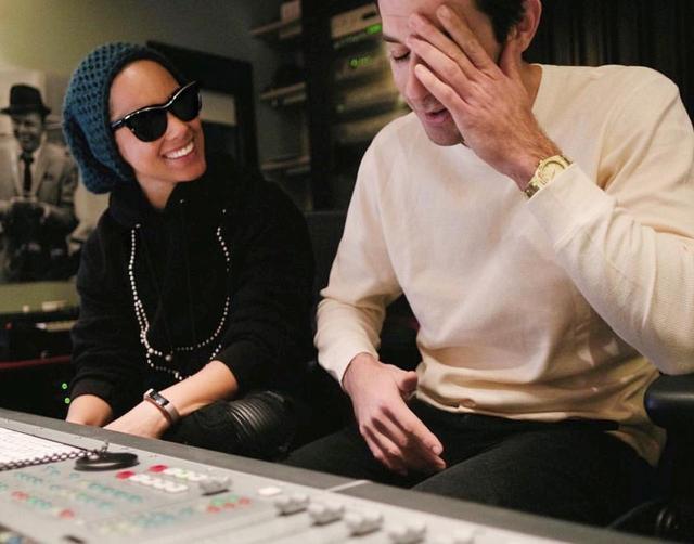 画像: マークがSNSに公開したレコーディングスタジオでの様子。