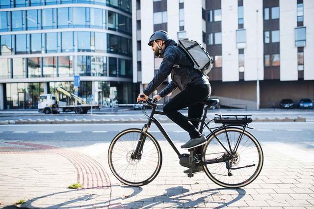 画像1: 「歩きスマホ」で道に飛び出した歩行者ひいた自転車が裁判で負ける、しかしその後...