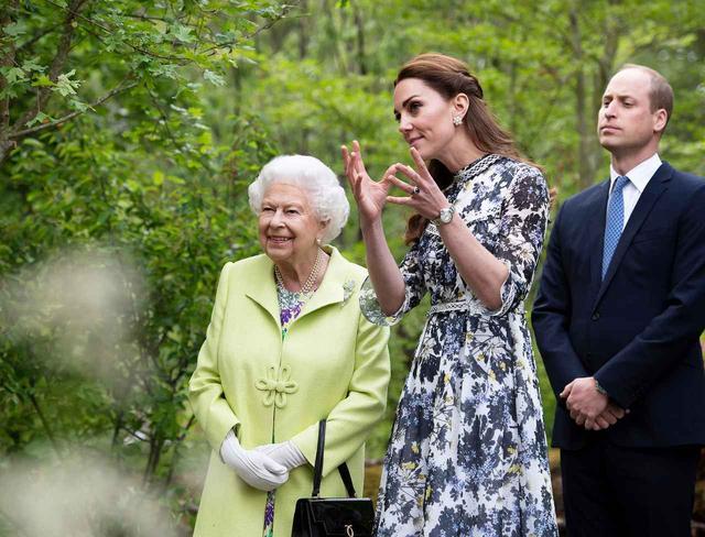 画像: 左からエリザベス女王、キャサリン妃、ウィリアム王子。