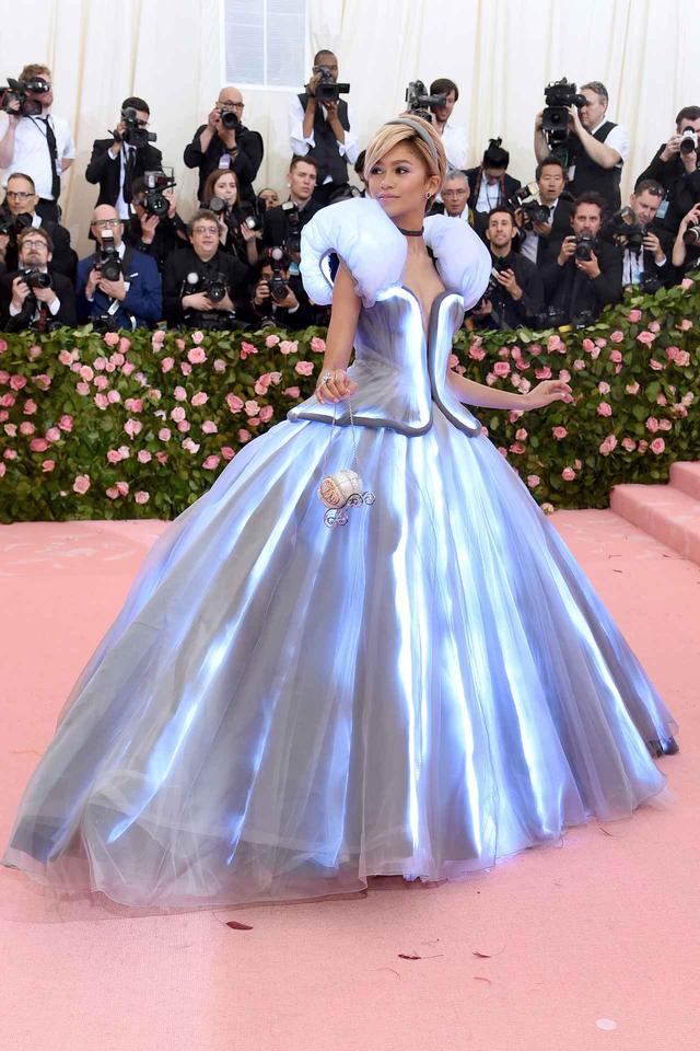 画像: 2019年のメットガラでのゼンデイヤのドレス姿。デザイナーが杖を使って魔法をかけるとじんわりと光るマジカルなドレスは大評判だった。