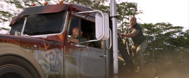 画像: ホブスの弟たちが営む「ホブス・カスタムズ」で改造されたピータービルドのセミトラック。©Universal Pictures