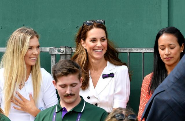 画像: キャサリン妃の右隣りがアン・ケタボング監督。