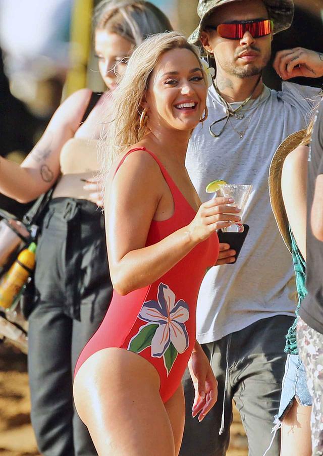 画像3: ケイティ・ペリーが新作MVの撮影でハワイのビーチで水着姿に【写真アリ】