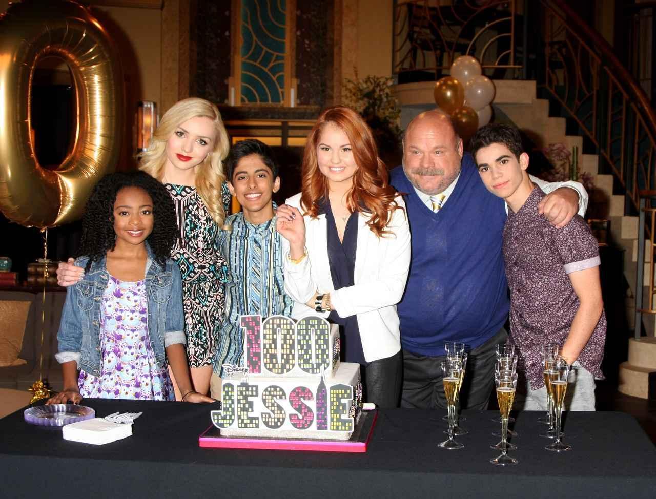 画像: ドラマ『ジェシー!』が記念すべき100話目を迎えた時のメインキャストの集合写真。左から、スカイ・ジャクソン、ペイトン・リスト、カラン・ブラァ、デビー・ライアン、ケビン・チャンバーリン、キャメロン・ボイス。