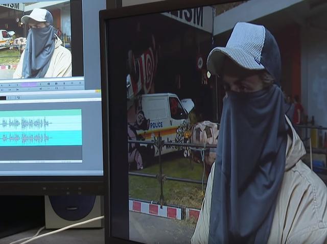 画像2: バンクシーの顔がついに判明?英テレビ局が16年前に撮ったインタビュー動画を公開