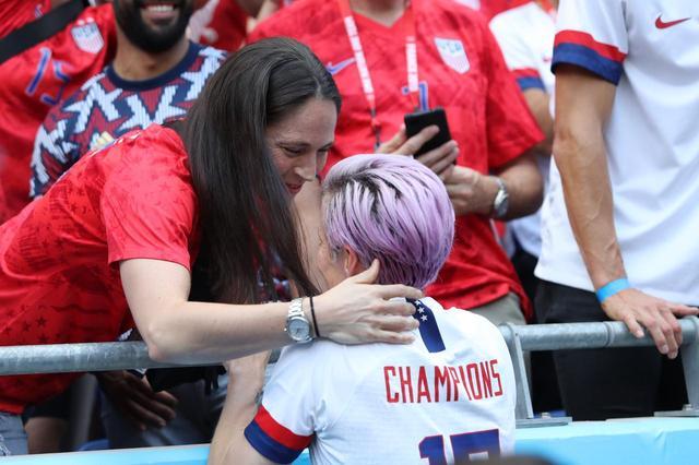 画像2: ラピノー選手と恋人のキスが世界中で話題に