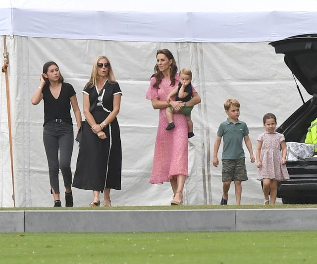 画像1: ジョージ王子&シャーロット王女、パパの勇姿そっちのけでやんちゃ全開
