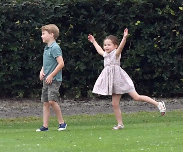 画像3: ジョージ王子&シャーロット王女、パパの勇姿そっちのけでやんちゃ全開