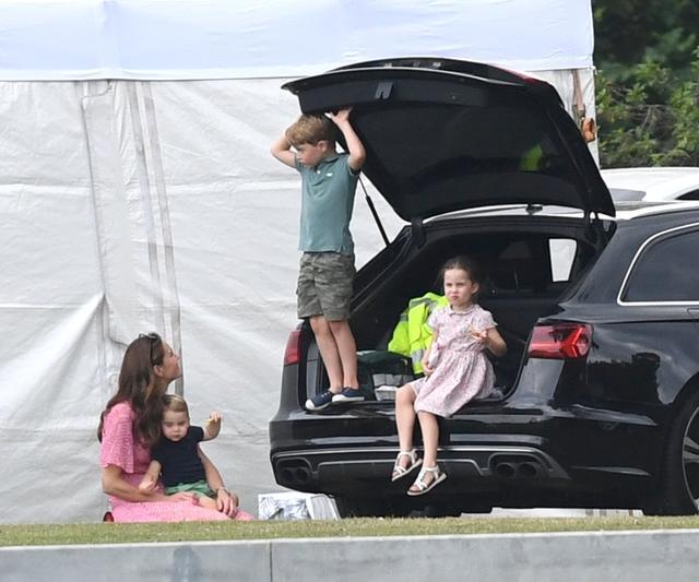 画像10: ジョージ王子&シャーロット王女、パパの勇姿そっちのけでやんちゃ全開