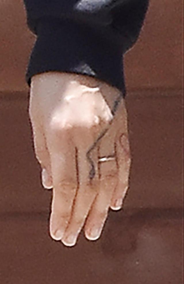 画像: カーラの左手
