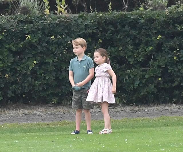 画像2: ジョージ王子&シャーロット王女、パパの勇姿そっちのけでやんちゃ全開