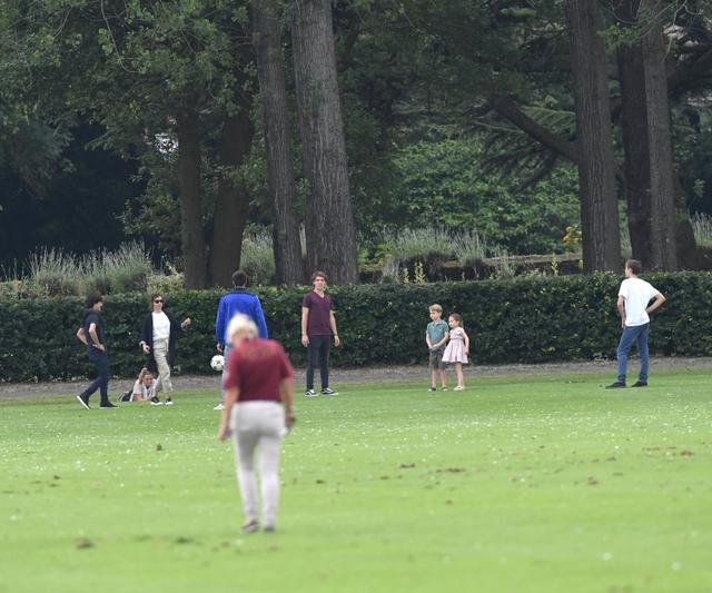 画像4: ジョージ王子&シャーロット王女、パパの勇姿そっちのけでやんちゃ全開