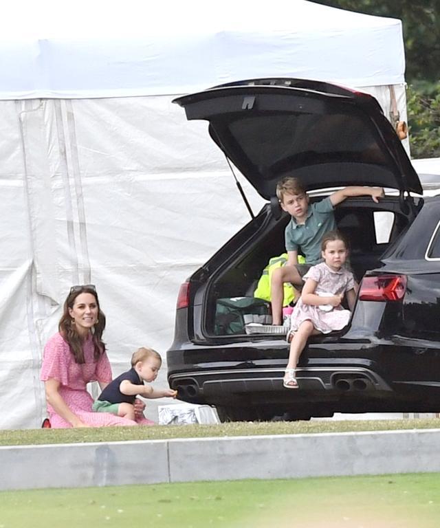 画像8: ジョージ王子&シャーロット王女、パパの勇姿そっちのけでやんちゃ全開