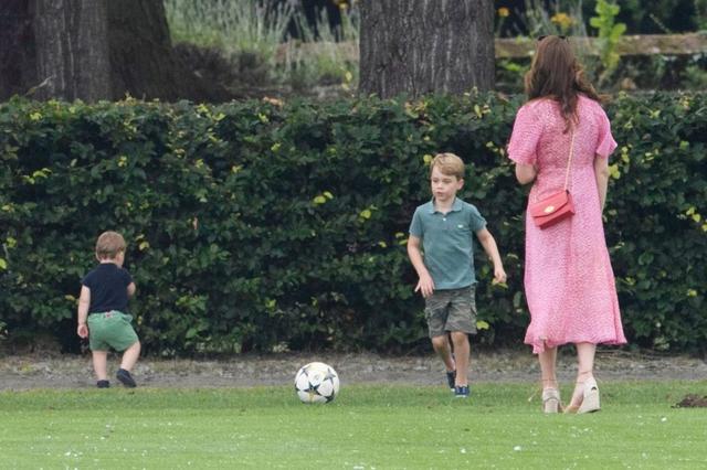 画像7: ジョージ王子&シャーロット王女、パパの勇姿そっちのけでやんちゃ全開
