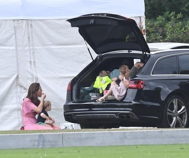 画像9: ジョージ王子&シャーロット王女、パパの勇姿そっちのけでやんちゃ全開