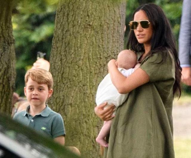 画像11: ジョージ王子&シャーロット王女、パパの勇姿そっちのけでやんちゃ全開
