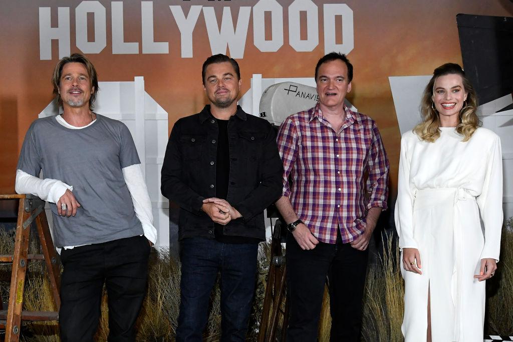 画像: 左から:ブラッド・ピット、レオナルド・ディカプリオ、クエンティン・タランティーノ監督、マーゴット・ロビー。