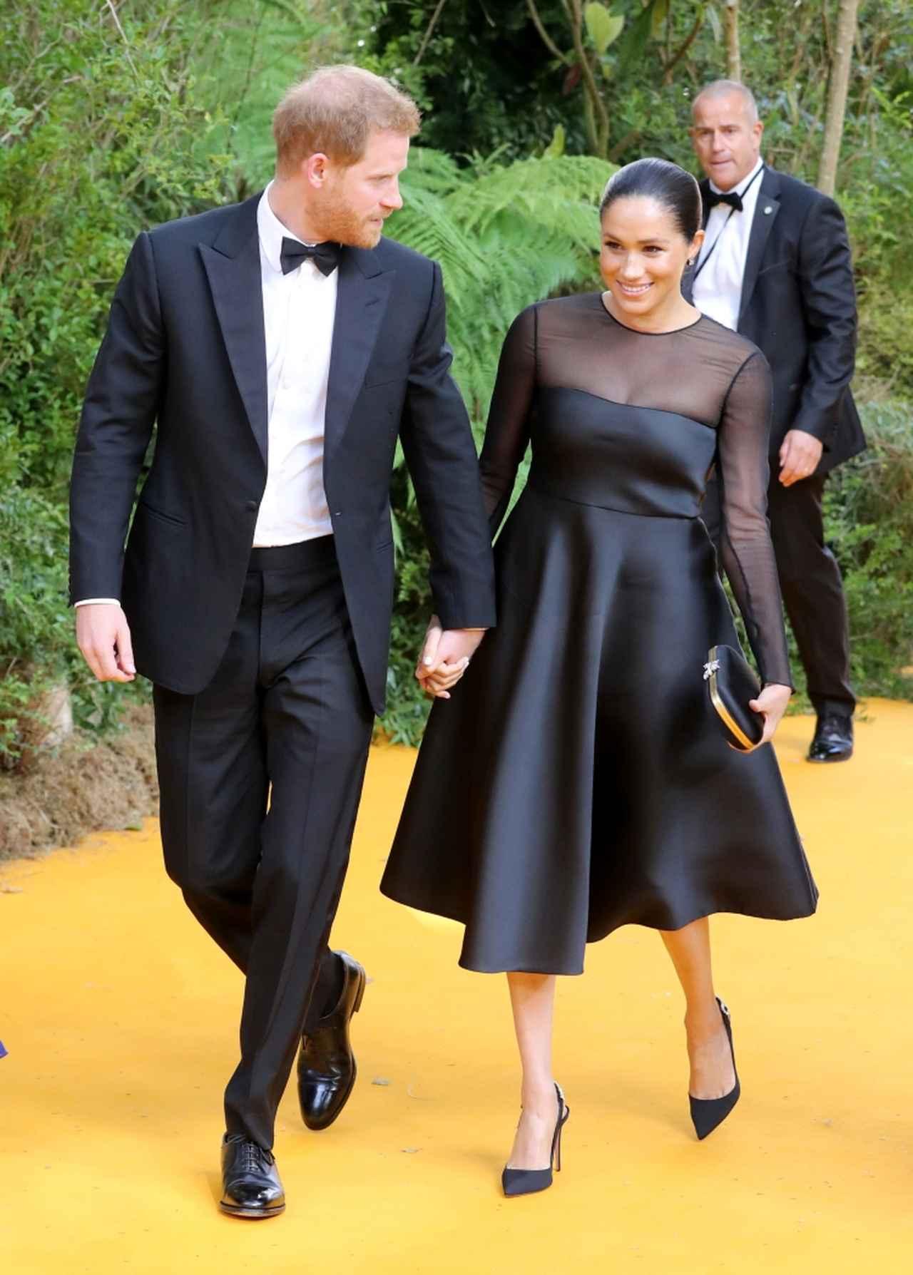 画像: ヘンリー王子&メーガン妃。ブラックでそろえたシックな着こなしで登場。