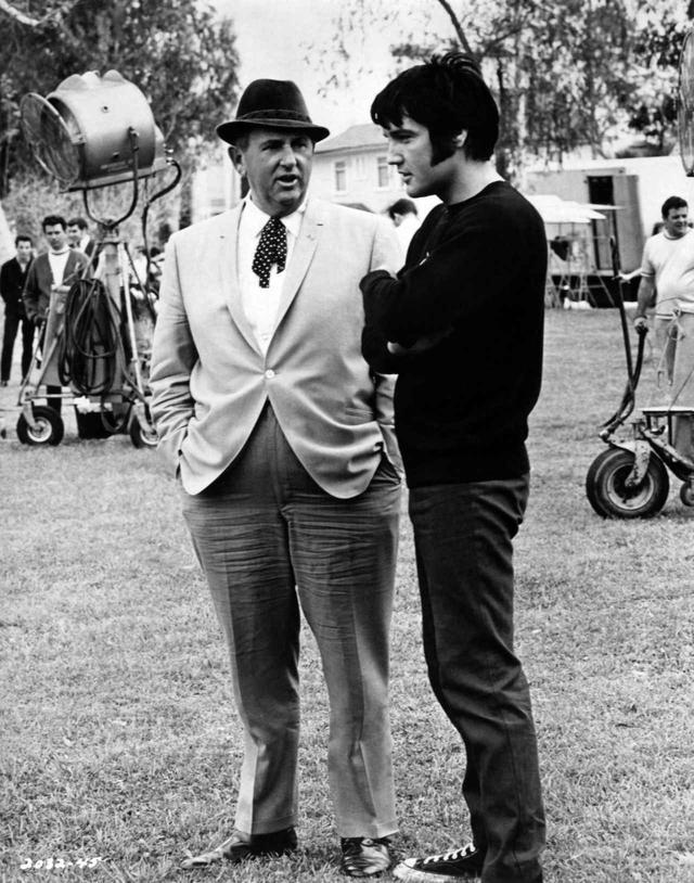 画像: エルヴィス(右)とマネージャーのトム・パーカー(左)。