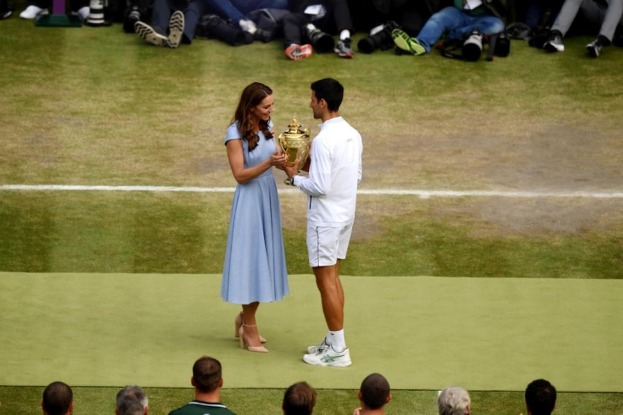 画像: 勝利したジョコビッチ選手に優勝カップを手渡すキャサリン妃。