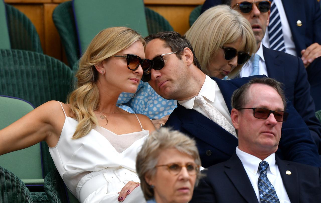 画像3: 新婚ジュード・ロウ、ウィンブルドン観戦中に愛妻にデレデレ【写真アリ】