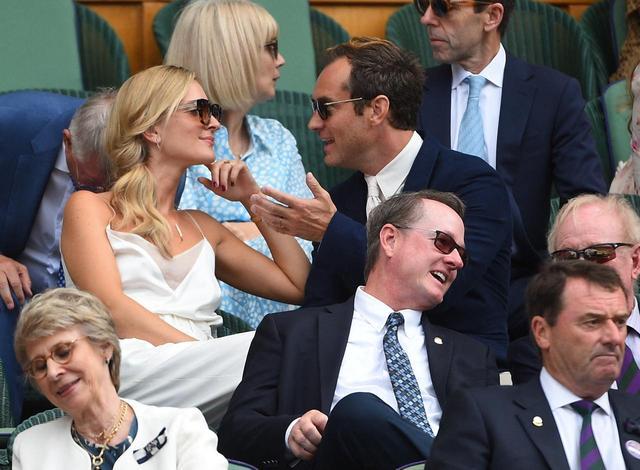 画像1: 新婚ジュード・ロウ、ウィンブルドン観戦中に愛妻にデレデレ【写真アリ】