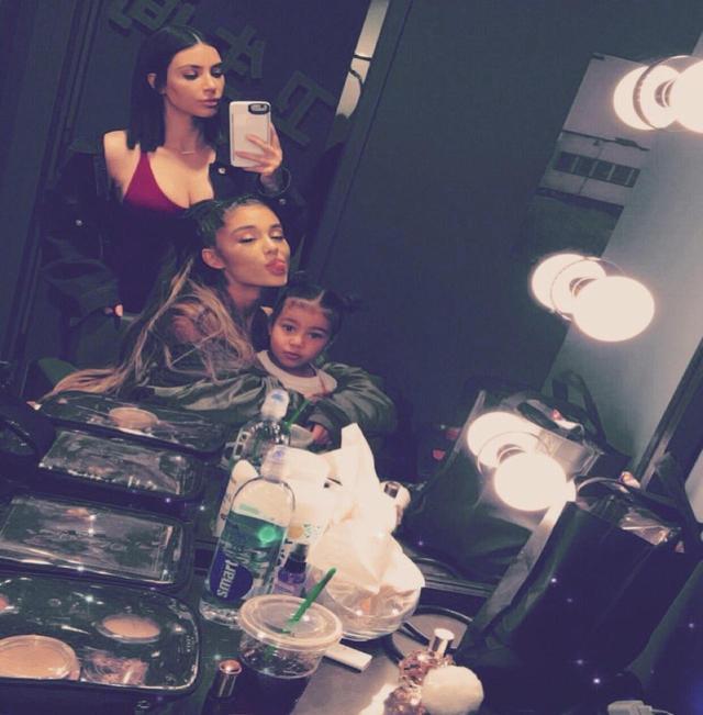 画像: シンガーとしてブレイク後、キムとお近づきになったアリアナ。2017年にはキムが娘ノースちゃんを連れてアリアナのコンサートを訪問した。©Kim Kardashian/Instagram
