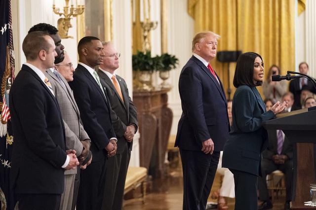画像: 2018年6月、元犯罪者の社会復帰への支援を推進するイベントのためホワイトハウスを訪れスピーチを行なったキム。