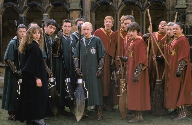 画像: トム・フェルトン演じるドラコ・マルフォイが所属する「スリザリン」とダニエル・ラドクリフ演じるハリー・ポッターが所属する「グリフィンドール」の面々。