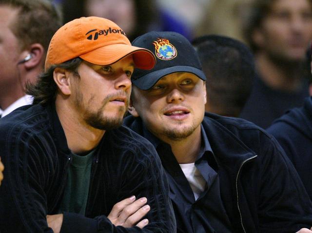 画像: 2004年にNBAの試合を一緒に観戦するマークとレオナルド。