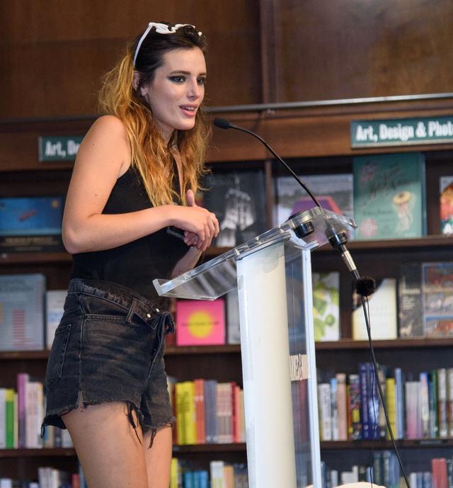画像: ニューヨークの書店で行なわれた著書の出版記念イベントに登場しスピーチを行なうベラ。