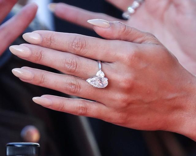 画像5: 恋人の主演作のレッドカーペットで「婚約指輪」を着用