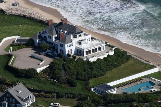 画像: テイラーがロードアイランドに所有する邸宅。セレブ友人を招いたパーティーなどによく使用しており、テイラーのファンたちの間では一種の観光名所として親しまれている。