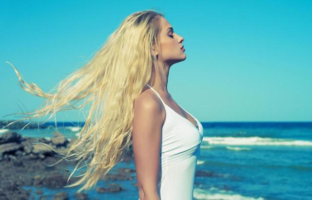 画像: 「カラーヘア」でもビーチやプールの水が怖くなくなる!髪を守る裏技3つ