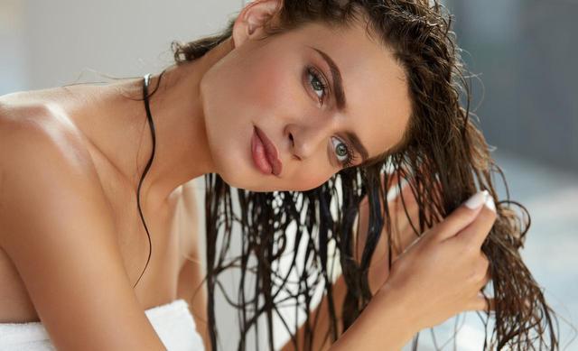 画像: 最初にシャワーを浴びて髪を濡らしておく