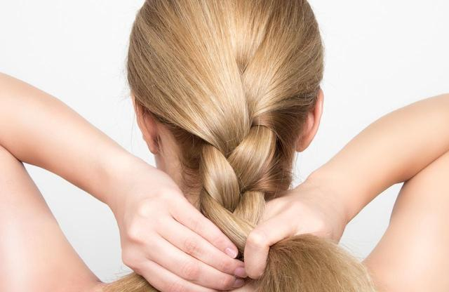 画像: タイトな三つ編みや、まとめ髪にする