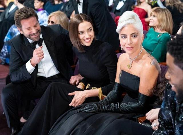 画像: 2019年2月に開催されたアカデミー賞で当時まだ交際していたブラッドリー&イリーナと3人仲良く並んで座っていたガガ。