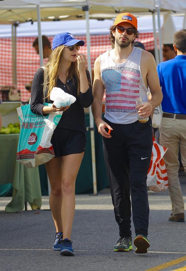 画像: ロサンゼルス市内のファーマーズマーケットを訪れたエリザベスとロビー。