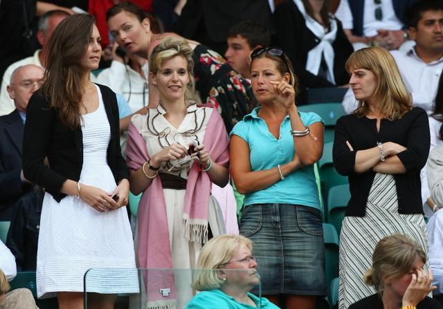 画像: 2008年、ソフィーを含む女友達ともにウィンブルドン選手権を観戦するキャサリン妃。