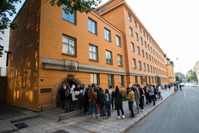 画像: エイサップらの裁判が行われたストックホルム市内の裁判所。世界中から報道陣が押し寄せ、傍聴を求める人々による長蛇の列ができた。